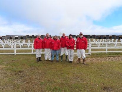 Integrantes del Plan Proyecto Humanitario 2 en el cementerio de Darwin, en Malvinas.