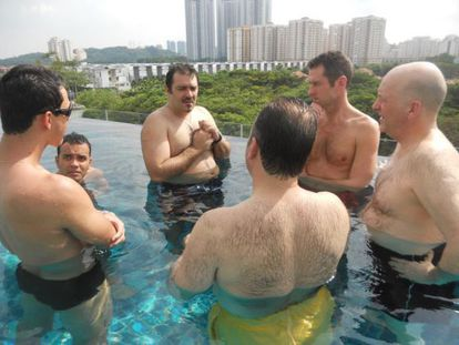 Rui Pires Salvador (tercero por la izquierda) en una imagen de 2013. El portugués acostumbraba a reunirse con sus inversores en piscinas.
