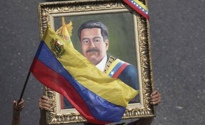 Un manifestante muestra cuadro con el retrato del líder chavista, Nicolás Maduro, el pasado 1 de mayo.