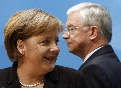 La canciller Angela Merkel y el primer ministro del Estado federado de Hesse, Roland Koch, ayer en Berlín.