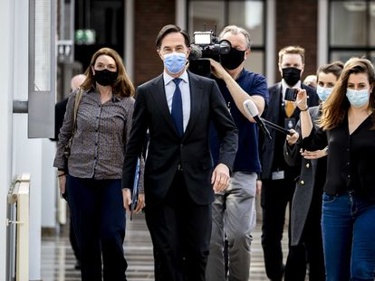 El primer ministro en funciones de los Países Bajos, Mark Rutte, entra en el Parlamento seguido por periodistas este jueves, en La Haya.