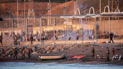 Miembros del Ejército vigilan la valla fronteriza en la playa de El Tarajal en Ceuta el pasado mes de mayo.