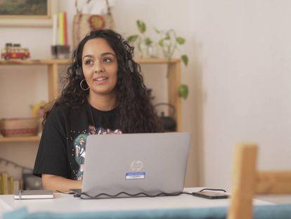 Nazaret, una joven gitana de 22 años, ha descubierto en la informática una pasión que ahora le permite trabajar y seguir emprendiendo