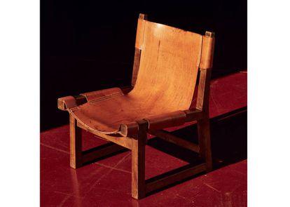 Butaca de la serie Riaza, de Paco Muño (1959), en madera de nogal y asiento y respaldo formados por una única pieza de piel natural, desmontable y cosida a mano con hebillas. Está inspirada en el sillón frailero español renacentista del siglo XVIII. |