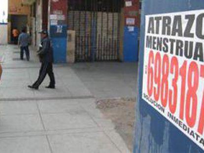 Carteles con referencias a clínicas de abortos clandestinos en Lima.