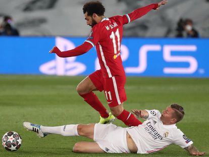 Kroos trata de arrebatar el balón a Salah en el partido de Champions contra el Liverpool.