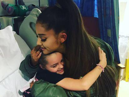 Ariana Grande abraza a una de las víctimas del atentado en Mánchester.