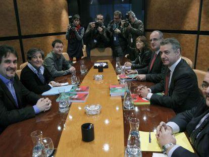 Reunión de las delegaciones del PNV y de EH Bildu tras las elecciones del 21-O