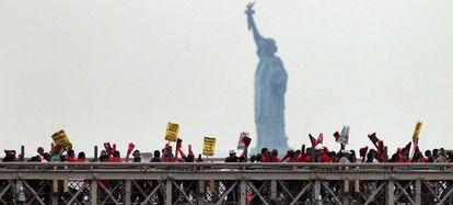 Un grupo de inmigrantes se manifiestan en el puente de Brooklyn, en Nueva York, contra la ley de Arizona