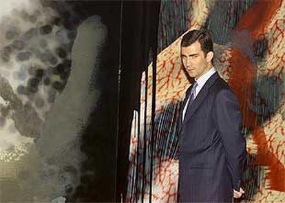 El príncipe Felipe, ante un cuadro de Darío Urzay. Abajo, <b></b><i>Pieza escuchando la pared,</i> de Juan Muñoz.