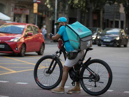 Un repartidor de Deliveroo en el centro de Barcelona, en septiembre.