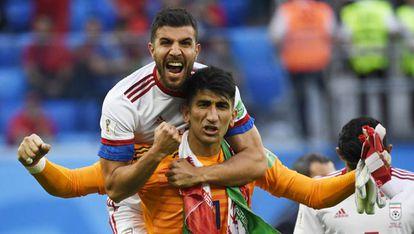 Beiranvand, portero de Irán, junto al defensa Khanzadeh.