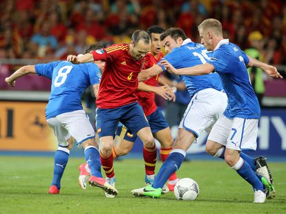 Andres Iniesta, entre los italianos Marchisio, Barzagli y Abate en la final de la Eurocopa de 2012.