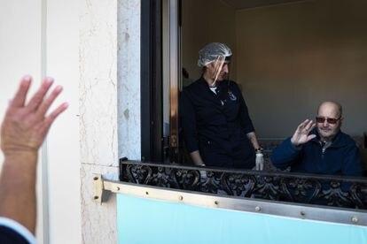 Un hombre saluda a un familiar desde la ventana de una residencia de la ciudad portuguesa de Figueira da Foz.