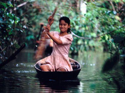Una joven navega en una canoa por el río Amazonas, en la región de Loreto (Perú).