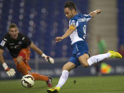 Sergio García chuta ante Guaita.