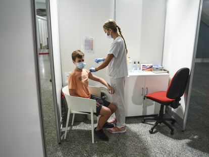 Una sanitaria vacuna con la primera dosis de Moderna a un adolescente, el pasado agosto en Valencia.