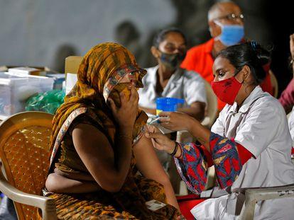 Una mujer recibe una dosis de la vacuna Covishield en un refugio nocturno para personas sin hogar en Ahmedabad, India, el 10 de agosto de 2021.