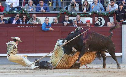 Un toro derriba al caballo y al picador en la corrida de la Beneficencia celebrada en Las Ventas en 2018.