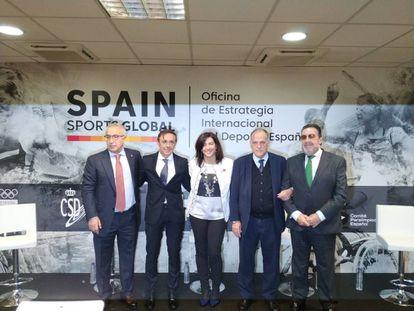 El presidente del COI, Alejandro Blanco, a la izquierda, junto a otros altos dirigentes del deporte español.