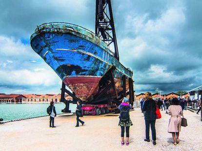 Visitantes de la Bienal de Venecia de 2019 contemplan la instalación Barca nostra, una de las estrellas de aquella cita.