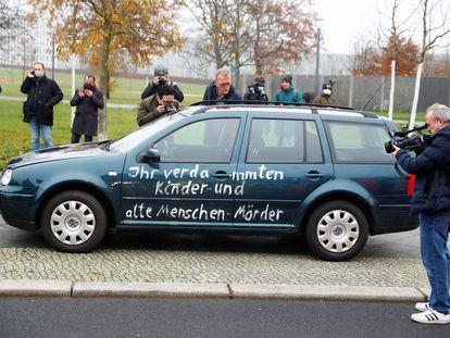 El automóvil con pintadas que ha impactado contra la valla de la Cancillería alemana.
