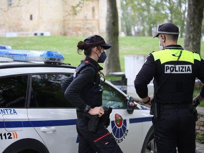 Agentes de la Ertzaintza y la Policía local en una imagen cedida por el Departamento de Seguridad.