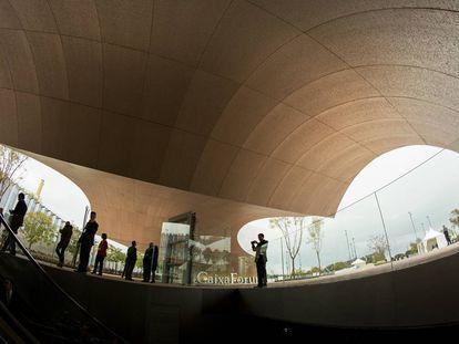 Asistentes a la inauguración del CaixaForum Sevilla, obra de Guillermo Vázquez Consuegra, ayer bajo la marquesina que da entrada al centro.