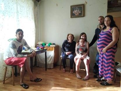 Madelaine Castillo junto a su esposo, Leodón, y sus dos hijos, su madre, Nilda, y su hermano, Pedro.