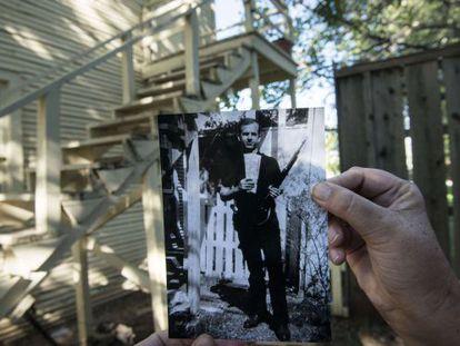 Una foto de Lee Harvey Oswald en una finca en Dallas.