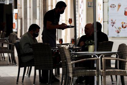 Un camarero atiende una mesa en una terraza del centro de Valencia, este miércoles.