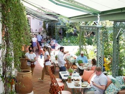 Clientes en la terraza de un hotel de Marbella (Málaga), la semana pasada.