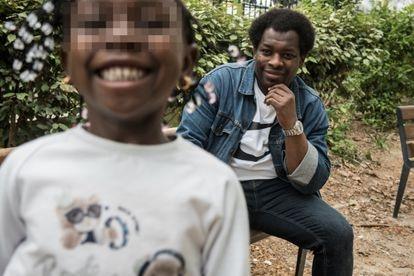 Adama Diko, viudo de Mariam Diko, y su hija Malika, en un parque de París.