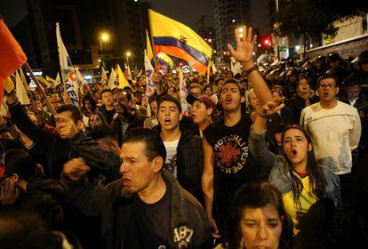 Simpatizantes de la oposición, protestan anoche en Quito.