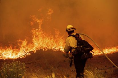 Un bombero combate las llamas del incendio Caldor en la autopista 89.