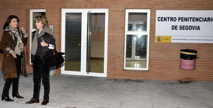 La presidenta del PP de Madrid, Esperanza Aguirre, junto a la vicesecretaria de Organización del PP madrileño, Gádor Ongil, en la entrada de la cárcel de Segovia.