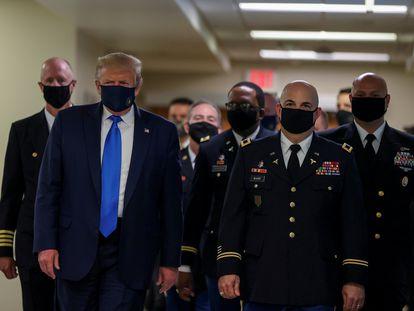 Trump aparece por primera vez con mascarilla en público durante una visita a un hospital el pasado 11 de julio.
