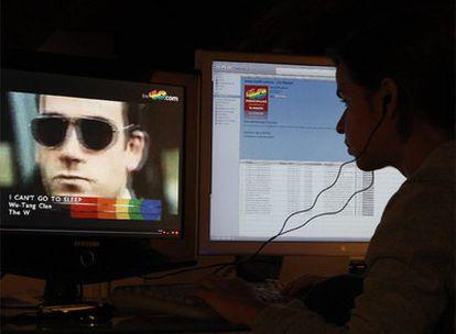 Una joven realizando una descarga legal de Internet.