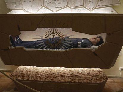El cuerpo de Carlo Acutis, tras ser tratado con técnicas de conservación y reconstrucción para su beatificación. En video, el acto de beatificación del 'infuencer' de Dios.