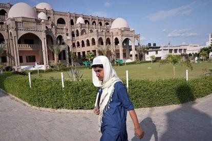 Un estudiante ante el edificio principal de la madrasa Haqqania, cerca de Peshawar