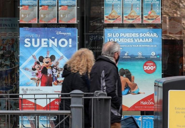 Anuncios sobre viajes en una agencia Halcón Viajes, en Madrid.