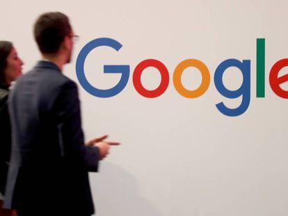 Dos personas caminan ante un logo de Google en París, el pasado mayo.