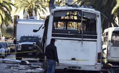 Un agente junto al autobús de la guardia presidencial de Túnez que sufrió un atentado el pasado noviembre.