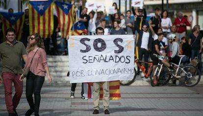 Un simpatizante de Ciudadanos delante de manifestantes independentistas.