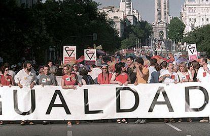 Cabecera de la manifestación del Día del Orgullo Gay, en junio de 2001 en Madrid.