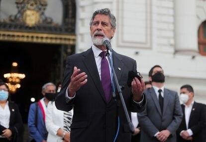 Francisco Sagasti se dirige a los medios este lunes tras su elección como presidente interino de Perú.