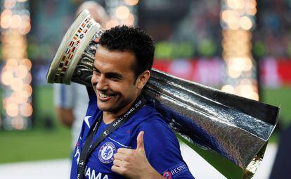 Pedro, con la copa de la Europa League.