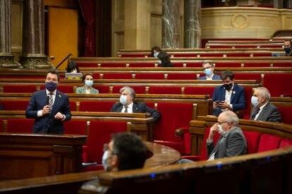 El 'president' en funciones, Pere Aragonès, y varios diputados, en la última sesión de control al Govern en el Parlament.