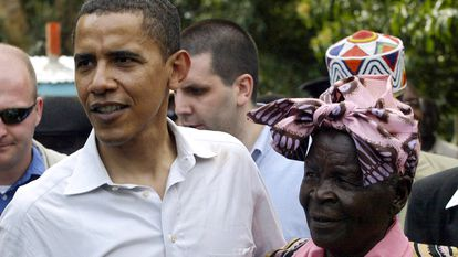 Barack Obama, con su abuela Sarah en 2006.