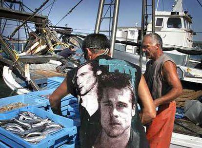 Pescadores descargando pescado en el puerto de Dénia, en una imagen de archivo.